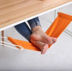 こりゃリラックスできそうだわぁぁぁ!! テーブルにひっかけてヒョイッと足を載せられる楽ちんハンモック