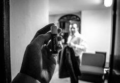 Entre acordes, trompetas, escalas musicales,  avanzamos hacia su camerino en el Teatro Degollado. Seguimos a Joshua Dos Santos, el joven director venezolano invitado a dirigir a la Orquesta Filarmónica de Jalisco el pasado jueves 9 de octubre. Caminar detrás del telón es único, es andar entre la tensión, la adrenalina de salir a escena, la expectativa de ¿cómo será el público? Es cómo estar en una película a blanco y negro de Alfred Hitchcock, el suspenso ante todo.