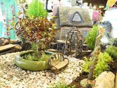 Cute with shallow pot in center. Fairy Gardening with Janit Calvo