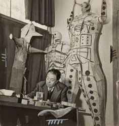 * Diego Rivera chez lui avec ses Judas, Mexico devant son temple de Pedregal 1948 – photo Gisèle Freund Diego Rivera, Photos, Statue, Artist, Temple, Frida Kahlo, Guanajuato, Photography, Temples