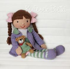 Pimpinella i jej misiek - lalka wykonana na szydełku. Lalka ubrana jest w sukienkę, sweterek oraz szydełkowane buciki. Na głowie ma koka...