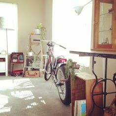 megu_xxxさんの、ガラスケース,古いもの,脚立,ラダー,IKEA,ミシン台,ミシン脚,ワイン木箱,ミンチスライサー,自転車,フェイクグリーン,リビング,のお部屋写真