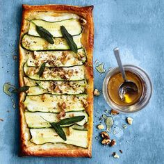 We're always looking for new ways to use up the last of our summer zucchini, and this is just about the fastest yet! Just slice, place on flaky puff pastry with walnuts, sage and your choice of cheese, drizzle with honey and you've got dinner on the table in under 30 minutes. Find many more speedy recipes in our new autumn issue, and find this recipe in the link in our profile. Enjoy! The dhm team x #Padgram