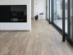 Rustieke PVC vloer met voegstrips De Authentic Plank Shade van mFLOR is een verouderde vloer die prima toegepast kan worden in verschillende interieurstijlen. Met en zonder strips tussen de planken leverbaar.