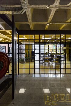 Image 25 of 53 from gallery of Estúdio Pretto / Arquitetura Nacional. Photograph by Marcelo Donadussi Gym Interior, Office Interior Design, Office Interiors, Club Design, Gym Design, Industrial Office, Small Office, Academia, Commercial