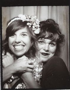 Vintage photo booth, two girls horsing around Album Photo Vintage, Vintage Photo Booths, Vintage Photos, Vintage Cards, Old Pictures, Old Photos, Photos Booth, Vintage Clothing Online, Photoshop