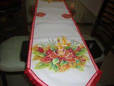 Camino de mesa pintado a mano sobre tela.