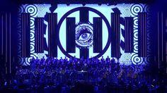 """Pełna widownia w Gdynia Arena i długie owacje na stojąco. W sobotę 25 lutego byliśmy świadkiem wyjątkowego wydarzenia - światowej prapremiery widowiska muzycznego """"EMIGRA – Symfonia bez końca"""" do muzyki skomponowanej przez laureata Oscara Jana A.P. Kaczmarka dla Muzeum Emigracji Gdyni. Muzyczna impresja doświadczenia emigracji została wykonana przez ponad stu muzyków, wśród których pozycję liderów objęło dziesięciu perkusistów."""