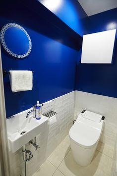 腰高までのホワイトな壁に、ディープブルーに近い少し濃いめのブルーの壁がまるで砂浜と海のようです。鏡の縁のモザイクタイルもブルー系を使用していて、細部にわたってこだわりを感じる空間です。65902