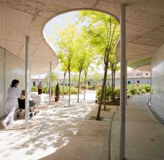 hospital architecture design Gallery of Waiting Rooms, Reception Areas, amp; Courtyards: 43 Notable Examples of Hospital Architecture - 7 Architecture Courtyard, Architecture Images, Landscape Architecture, Interior Architecture, Landscape Design, Interior Design, Modern Interior, Design Design, Healthcare Architecture
