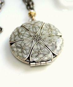 Round Silver Locket A beautiful piece of jewelry