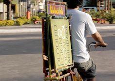 sobre o projeto: http://www.hypeness.com.br/2013/05/bibliocicleta-a-bicicleta-que-leva-livros-para-comunidades-carentes/    vídeo explicativo: http://www.youtube.com/watch?feature=player_embedded=wIF4-cK8jOI