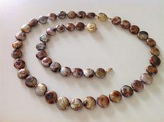 Bellas bedrifter: Mocca- og sølvfarvede knapperler...