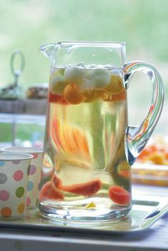 Polka drinks: serve jugs of water with ice and fruit balls to quench everyone's thirst. Water Jugs, Starting Solids, Water Party, Summer Drinks, 1st Birthday Parties, Breastfeeding, Moroccan, Balls, Glow