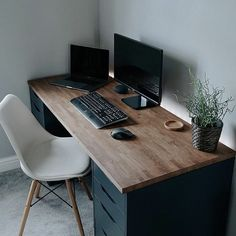 Every week our team in gillde gather some Super Awesome Setups and Workspaces for designer and developers to get inspirations for your Setups. Home Office Setup, Home Office Space, Desk Setup, Home Office Desks, Pc Desk, Office Decor, Bedroom Setup, Bedroom Workspace, Game Room Design