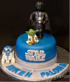 Awesome Star Wars cake with R2D2 cookies.  For the love of God, someone make me this!