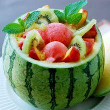 Sweet Home Wieso nicht ausgehöhlte Melonen als Schüssel brauchen? Kein Abwasch und erst noch Eindruck machen mit einer einfachen Servieridee: Benützen Sie eine ausgehöhlte Melone gleich als Schale für einen frischen, sommerlichen Fruchtsalat.