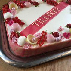 Skøn fødselsdagslagkage med smag af sol og sommer Cake Recipes, Dessert Recipes, Dessert Ideas, Toblerone, Fika, Food Cakes, Panna Cotta, Mousse, Deserts