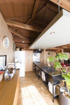 キッチンや、吊り下げのスクエアな天井は購入した際にすでに設置されていた。