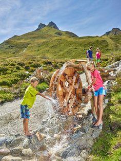 Kids beim Spielen mit Wasser in den TUX-Welten