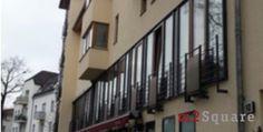 Nous vous offrons une propriété de 124 m2 qui peut être utilisé à la fois comme appartement comme un bureau. Il est situé à l'intérieur d'un palais de 1997 au premier étage. La particularité de la propriété sont les portes françaises longeant toute la façade. Les sols sont en parquet.
