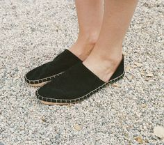In suede and leather, the Dôen Babouche Moccasin is inspired by our favorite pair of vintage 1970s Italian moccasins. These super light moccasins can be worn with the back up to hold your foot in or f