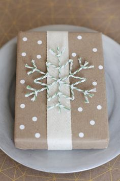 Привет!   А ты уже упаковываешь Новогодние подарки?   несколько идей как упаковать подарочки с помощью Крафт Бумаги!                      ...