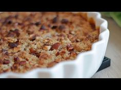 Nyd rabarbersæsonen med den nemmeste og hurtigste glutenfri rabarber-crumble. Opskriften indeholder kun syv ingredienser. Nem at bage med video-guide. Let, Macaroni And Cheese, Food And Drink, Sweets, Bread, Make It Yourself, Baking, Ethnic Recipes, Desserts