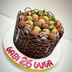 Bolo de chocolate com morango para aniversário por Renata Junqueira Sweet & Cake #chocolate #cake #strawberry