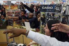 【スライドショー】ブラックフライデー前に値引き品に殺到する米国の買い物客 - WSJ.com