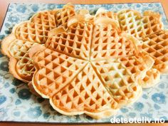 Arne Brimis vafler, merk at vaflene skal stekes med ordentlig meierismør Delicious Cake Recipes, Yummy Cakes, Waffle Day, Waffles, Cooking Recipes, Lunch, Baking, Breakfast, Desserts