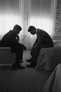 Presidential Candidate John Kennedy Conferring with Brother and Campaign Organizer Bobby Kennedy. By Hank Walker for LIFE Magazine. Robert Kennedy, Les Kennedy, Jackie Kennedy, Iconic Photos, Photos Du, Beatles, Familia Kennedy, Famous Pictures, Legendary Pictures
