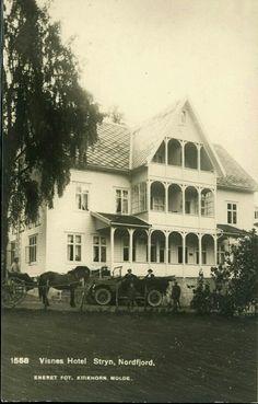 Sogn og Fjordane fylke Stryn kommune. Flott høyformat med hestekjerre foran Visnes Hotel Utg Kirkhorn tidlig 1900-tallet