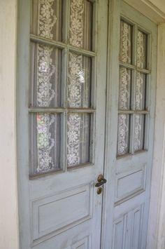 Detalj vackra spröjsade pardörrar