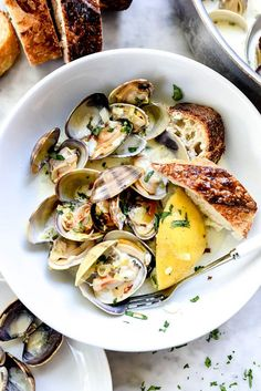 The BEST Steamed Clams - with wine and just a touch of cream : foodiecrush Clam Recipes, Best Chicken Recipes, Seafood Recipes, Cooking Recipes, Healthy Recipes, Asian Recipes, Fish Dishes, Seafood Dishes, I Love Food