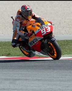Marc marquez hard on the breaks at Misano Marco simoncelli circuit, rear wheel in the air! 2014 - So Funny Epic Fails Pictures Marc Marquez, Racing Motorcycles, Motorcycle Bike, Velentino Rossi, Gp Moto, Cbr, Biker Quotes, Super Bikes, Street Bikes