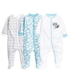 Schlafanzüge aus weichem Baumwolljersey mit Druckknöpfen vorn und entlang des einen Beins. Modell mit langem Arm und Füßchen.