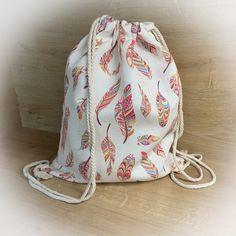 Der lässige Rucksack eignet sich perfekt als Gymbag, Turnbeutel oder als Umhängebeutel. Er bietet einen großen Stauraum und ist mit dem sommerlichen Muster ein wahrer Hingucker. Outfit, Drawstring Backpack, Backpacks, Bags, Fashion, Light Scarves, Cinch Bag, Closet Storage, Gymnastics