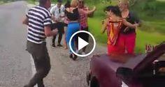 """Solo en Cuba: Esto hacen unos cubanos """"varados"""" en la autopista de Pinar del Río - CiberCuba"""