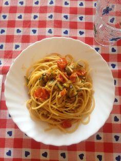 Pasta con zucchine saltate in padella e pomodorini