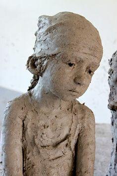 """Sculpteur, artiste féminin. """"Sculpte par la passion, vis par, et au travers de la sculpture..."""""""