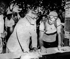Il fondatore del Tour de France Henri Desgrange (a sinistra) e il ciclista francese Roger Lapebie a Pau, durante la 16esima tappa del Tour de France del 1937