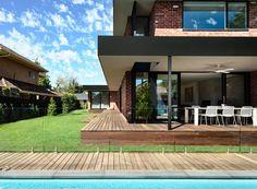 california-design-home-recycled-brick-exterior-stylish-bright-interior-01