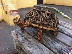 Bird sculpture in willow Twig Crafts, Nature Crafts, Garden Crafts, Garden Art, Willow Weaving, Basket Weaving, Willow Flower, Willow Garden, Twig Furniture