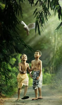 happy children in the forest, Indonesia. kids don't need expensive toys and beautiful clothes. happiness is priceless and can be found in nature even wile wearing oversized slippers! Kids Around The World, People Around The World, Around The Worlds, Life Is Beautiful, Beautiful People, Beautiful Clothes, Travel Pictures, Cool Pictures, Great Photos