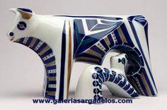 Vaca y ternero interpretados en cerámica de Sargadelos.