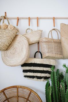 A DIY hanging bag rack using a wooden dowel, a few strips of leather and some S hooks. And bam it's ready to house your favourite bags, straw or otherwise! Hanging Rope Shelves, Diy Hanging, Diy Interior, Interior Modern, Diy Bag Rack, Diy Décoration, Diy Crafts, Crochet Patron, Summer Diy
