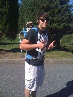 I want a pug and I wanna carry him like this!