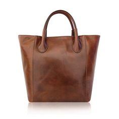 Una borsa a mano da portare ogni giorno per un effetto used che la rende ancora più bella. La chiave per un lusso minimal che unisce comfort alla grazia di un pezzo senza tempo.