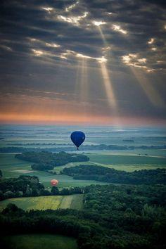 Vers le soleil (Towards the sun) . Beautiful landscape in France -- wanna go hot air ballooning. Pretty Pictures, Cool Photos, Beautiful World, Beautiful Places, Ligne D Horizon, Sun Photo, All Nature, Hot Air Balloon, Air Ballon